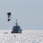 Kitesurf e yacht davanti le spiagge bianchec
